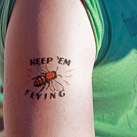 Тату пчела с надписью