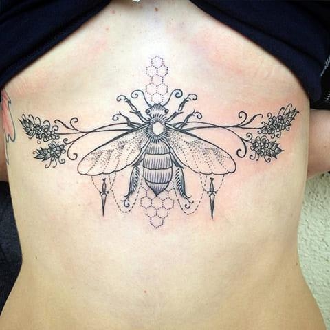 Тату пчела под грудью
