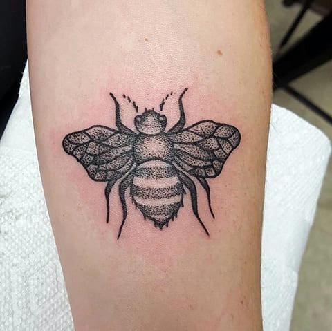 Тату с пчелой на руке