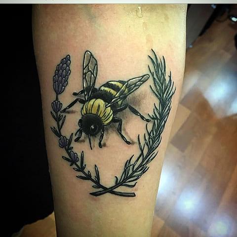 Тату пчела с венком