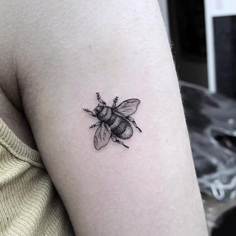 Тату пчела на плече