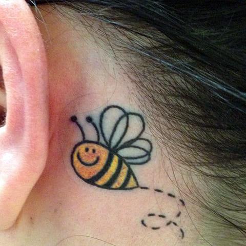 Тату пчела за ухом