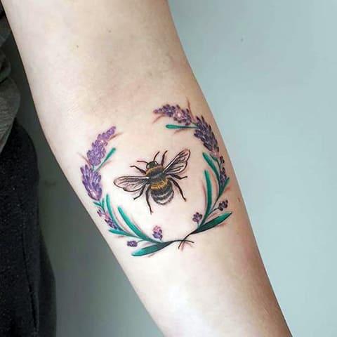 Татуировка пчела и венок