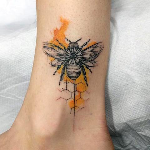 Тату пчела на ноге
