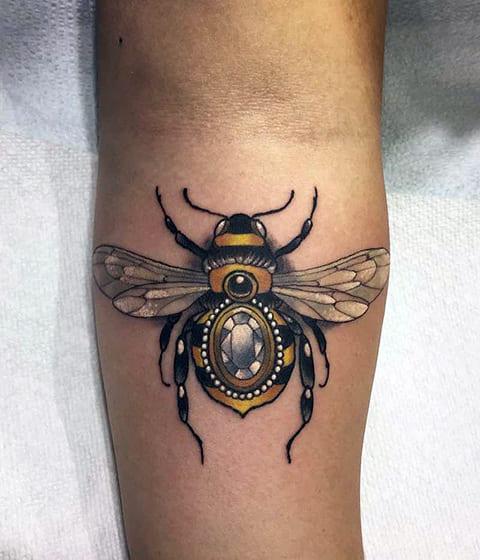 Татуировка пчела на руке