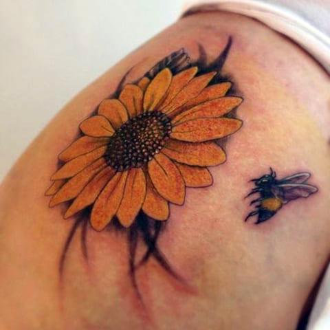 Татуировка пчела и цветок