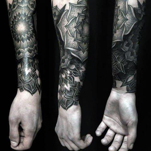 Татуировка блэкворк на предплечье