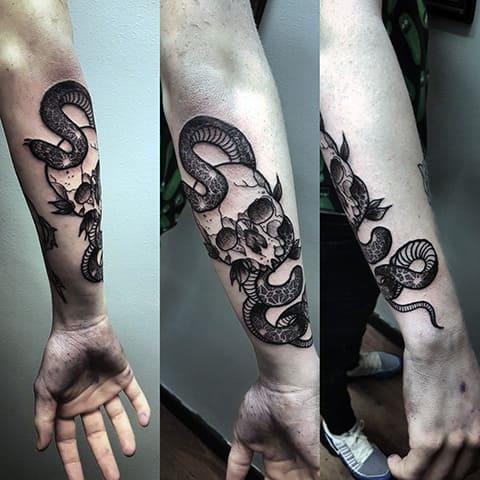 Татуировка с черепом и змеей в стиле блэкворк