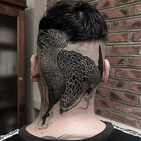 Блэкворк татуировка на голове