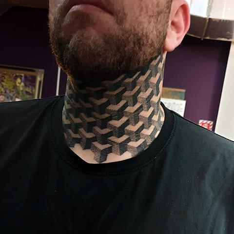 Татуировка блэкворк на шее у мужчины