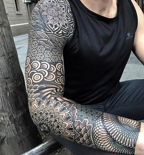 Тату-рукав в стиле блэкворк у мужчины