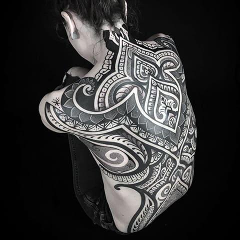 Женская тату в стиле блэкворк