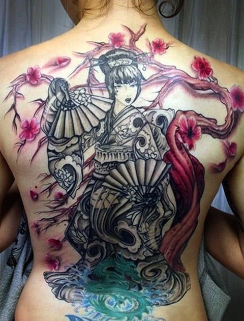 Тату гейши в японском стиле у девушки на спине