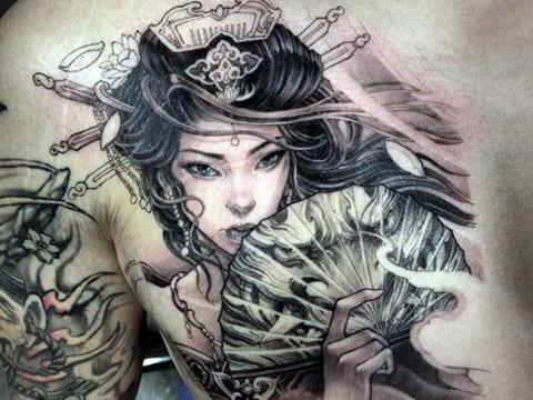 Большая татуировка гейши на спине