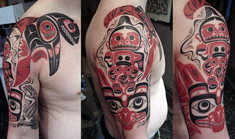Татуировка в стиле хайда на плече