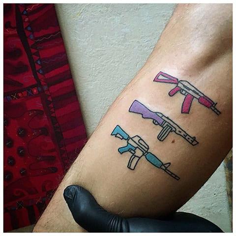 Татуировка в стиле хендпоук на руке - фото