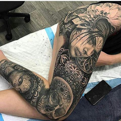 Татуировка с мандалой на ноге у девушки - фото