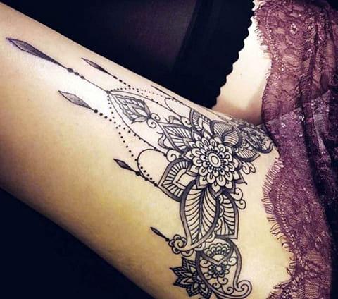 Красивая татуировка мандала на женской ноге
