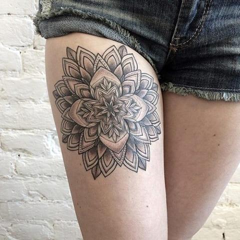 Татуировка мандала на бедре у девушки - фото