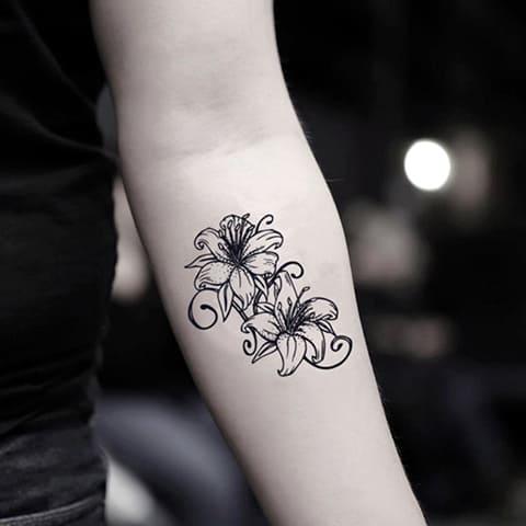Эскиз лилии для тату на руке