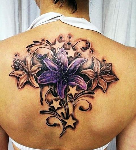 Татуировка лилии на спине у девушки - фото