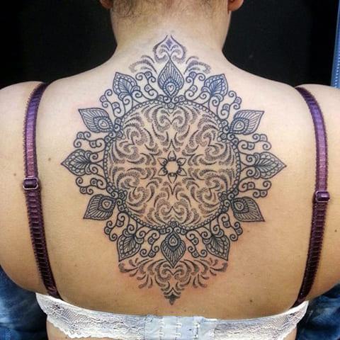 Татуировка мандала на спине