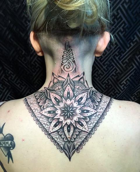 Татуировка мандала на шее