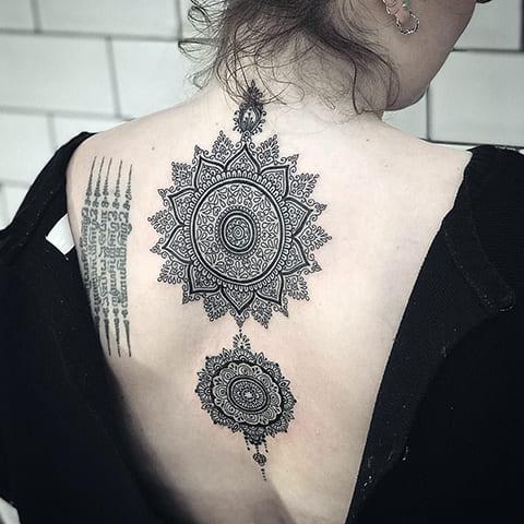 Татуировка мандала - фото на спине у девушки