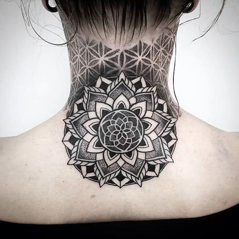 Татуировка на шее мандала