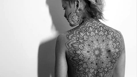 Большая татуировка мандала на спине