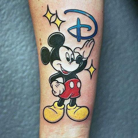 Татуировка Микки Мауса на руке - фото