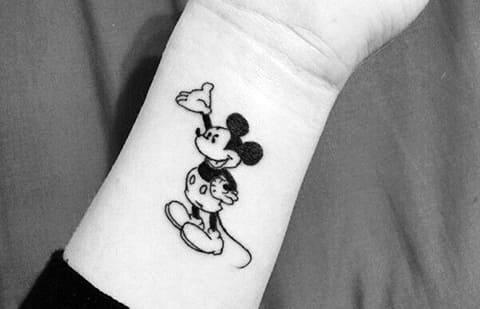 Татуировка Микки Маус на запястье