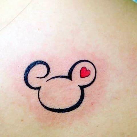 Татуировка в виде Микки Мауса
