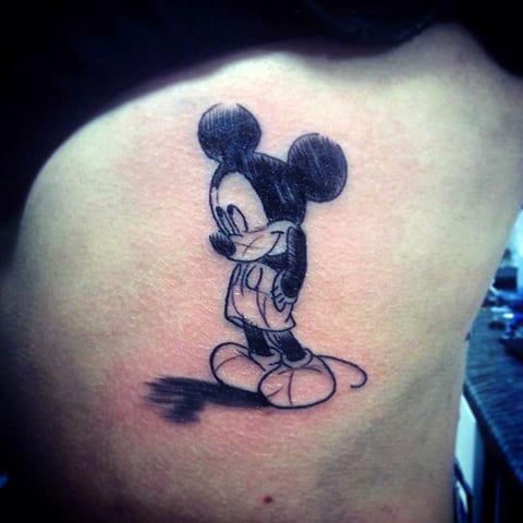 Татуировка Микки Мауса на боку
