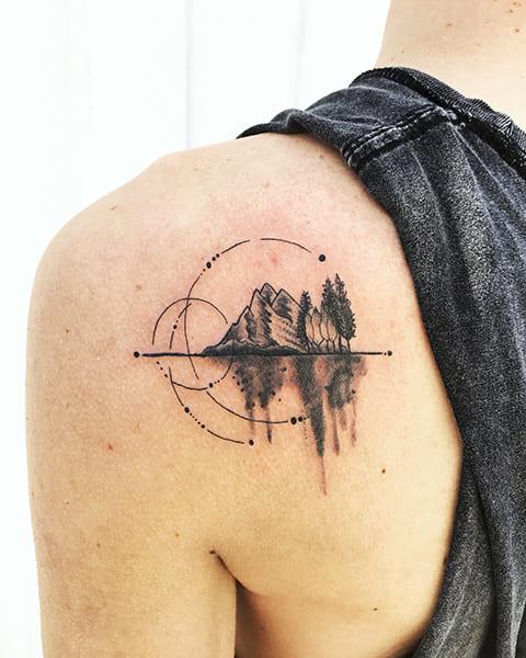 Татуировка гор на лопатке