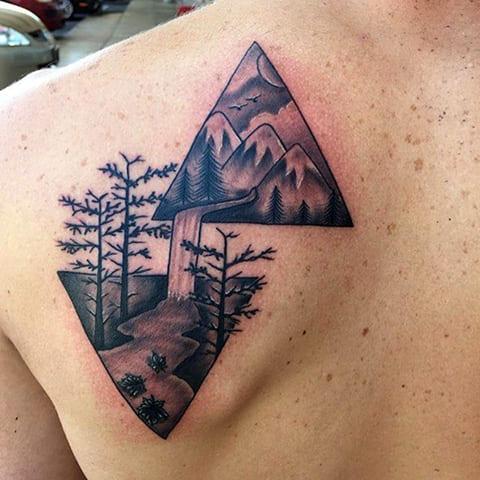 Татуировка горы на лопатке - фото