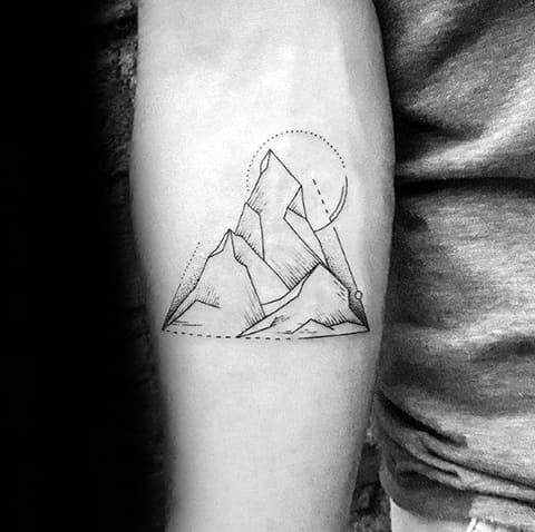 Татуировка горы на руке