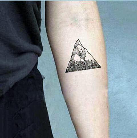 Татуировка с горами в треугольнике
