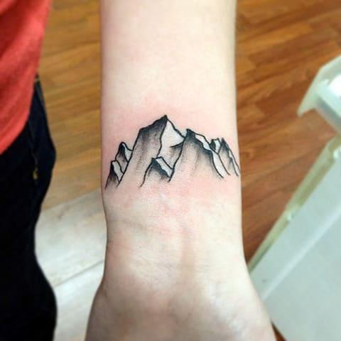 Тату горы на запястье
