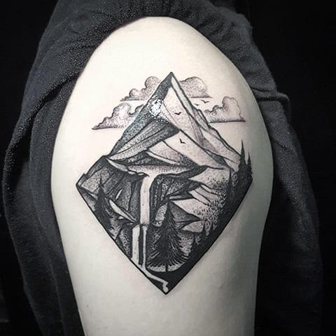 Тату горы на плече