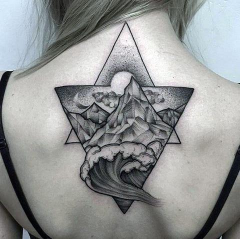 Большая татуировка с горами на спине у девушки