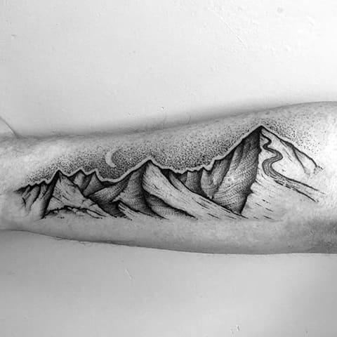 Тату с горами на мужской руке