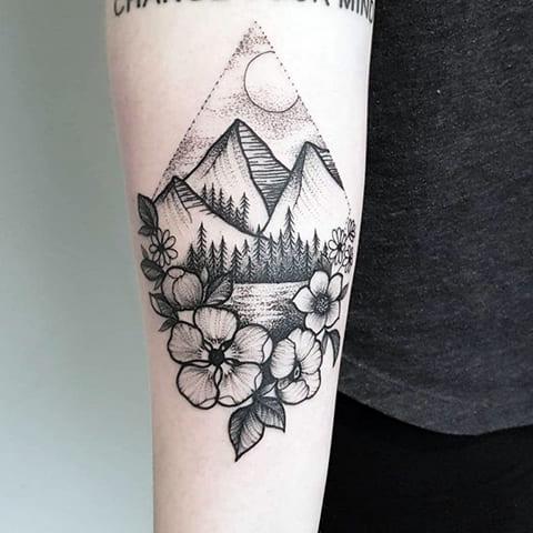 Тату горы у девушки на руке