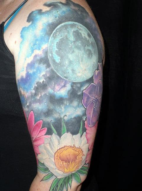 Татуировка небо у девушки