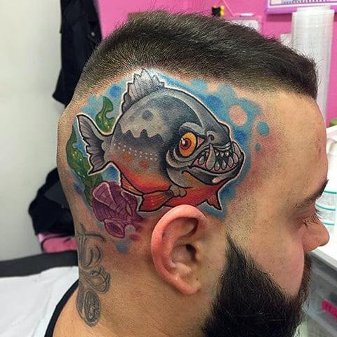 Татуировка пиранья на голове - фото