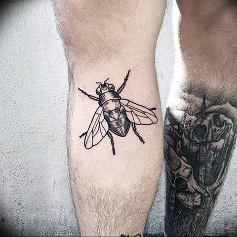 Тату муха на ноге