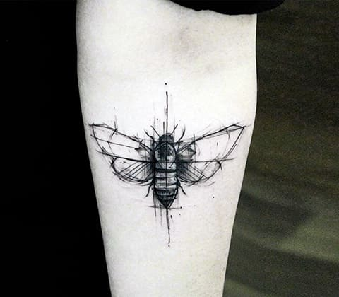 Тату муха на предплечье