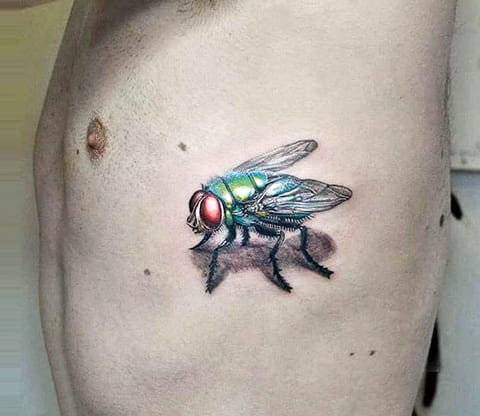 Тату муха на боку