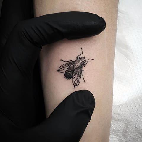 Татуировка муха на руке