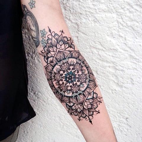 Татуировка мандалы для женщин на руке